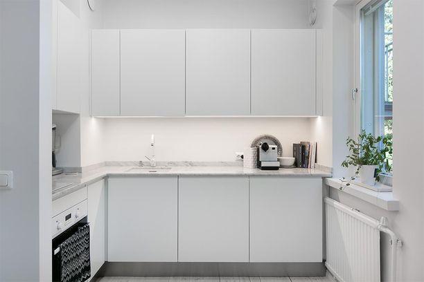 Meilahdessa sijaitvan pikkodin keittiössä on reilusti työskentelytilaa.
