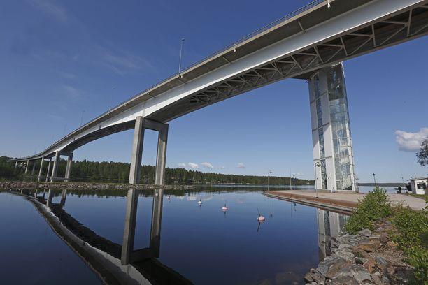 Kantatie 62 ylittää Puumalansalmen näin komeaa siltaa pitkin. Sillan erikoisuutena on maisemahissi.