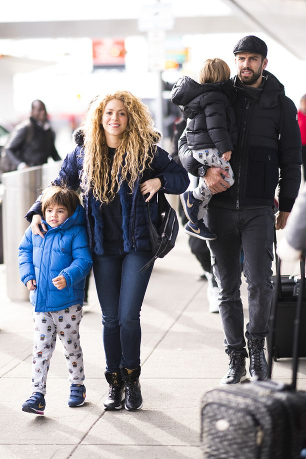 Kuvassa Shakira ja hänen puolisonsa espanjalainen jalkapalloilija Gerard Piqué sekä pariskunnan pojat Milan ja Sasha New Yorkin JFK:n lentokentällä 24.12.2017.