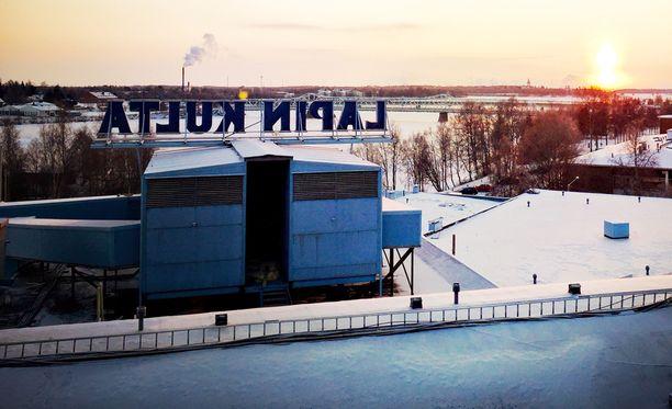 Tehtaan katolta on hyvät näkymät Tornionjokilaaksoon. Katolla on vielä Lapin Kullan valomainos.