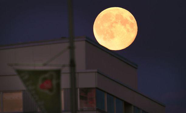 """""""Sierra Madren takaa Kuu kuin juusto möllöttää"""", lauloi Reino Helsimaa Meksikon Pikajunassa. Arkistokuva."""
