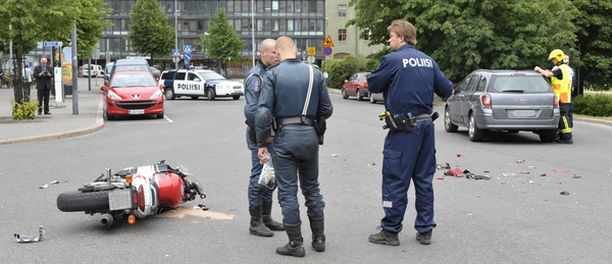 Moottoripyörä meni törmäyksessä säpäleiksi ja öljyä pääsi vuotamaan kadulle.