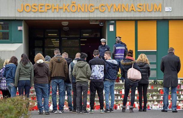Oppilaat surivat lentokoneen maahansyöksyssä kuolleita tovereitaan Joseph-Königin lukion edustalla maaliskuun 26. päivänä.