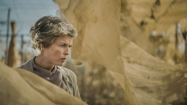 Irina Björklund esittää Rauhantekijä-sarjassa Ann-Mari Sundellia.