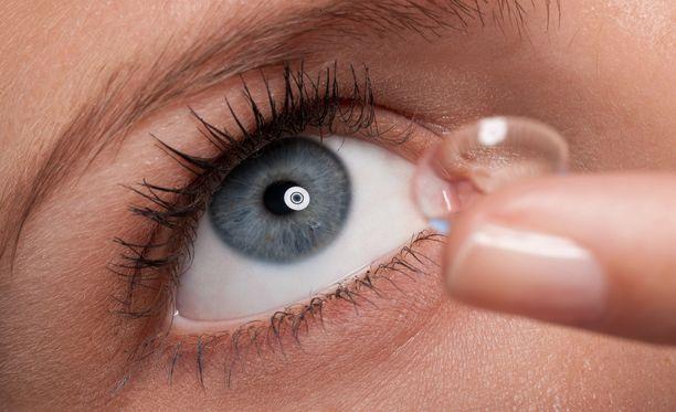 Saatuaan sulkapallon silmäänsä nainen ei enää koskaan käyttänyt piilolaseja. Kuvituskuva.