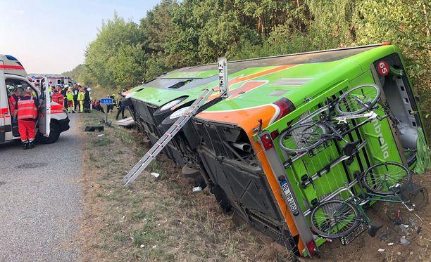 Linja-auto kaatui kumoon moottoritien laitaan.
