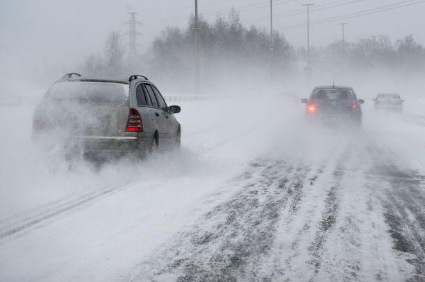 Lapin eteläisissä kunnissa voi olla tänään lauantaina paikoin jopa erittäin huono ajokeli, Ilmatieteen laitos varoittaa.