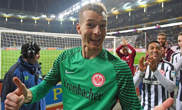 Näin hymyilee voittaja. Fanit ja kamera rakastavat Lukas Hradeckya.