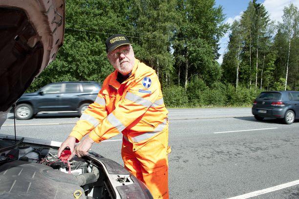Akku yllättää autoilijan, sen tietää tiepalveluasiamies Jouko Lehtisalo (kuva vuodelta 2012).