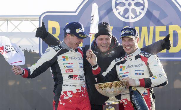 Miikka Anttila (vasemmalla) ja Jari-Matti Latvala voittivat viime vuonna Ruotsin rallin. Tommi Mäkinen uskoo, että kaksikko taistelee tulevalla kaudella maailmanmestaruudesta.