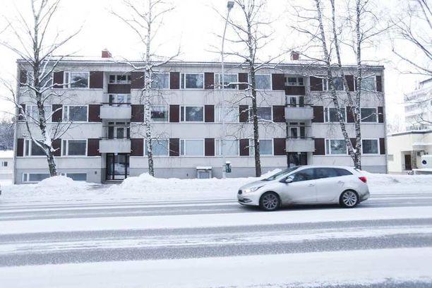 Henkirikokset tehtiin tässä talossa osoitteessa Lempääläntie 15. Ne paljastuivat yöllä, kun Pirkanmaan pelastuslaitos sai hälytyksen asunnossa syttyneestä tulipalosta.