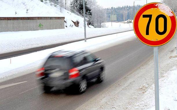 Erityisesti talvikeleillä nopeus on suhteutettava tilanteen mukaan, muistuttaa rikoskomisario Juha Hakola.