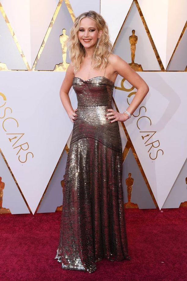 Oscar-voittaja Jennifer Lawrence hehkui metallinvärisessä olkaimettomassa iltapuvussa. Näyttelijä jäi historiaan, kun hän kaatui astuessaan noutamaan Oscar-palkintoaan 2013.