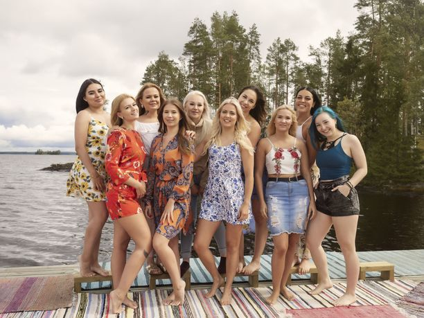 Temptation Island Suomi -ohjelman sinkkunaiset lohduttavat iltanuotiolta palaavia varattuja.