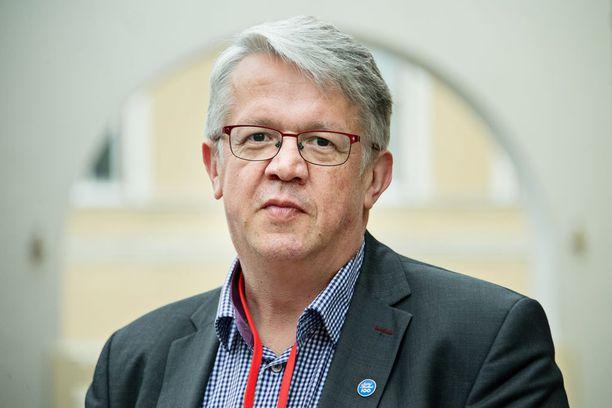 Juha Rehula (kesk) luovutti perhe- ja peruspalveluministeri salkun Annika Saarikolle helpottuneena, mutta haikeana.