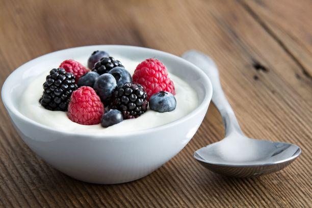 Helppo probioottiannos syntyy esimerkiksi maustamattomasta jogurtista, johon lisätään marjoja tai hedelmiä ja kaurahiutaleita.