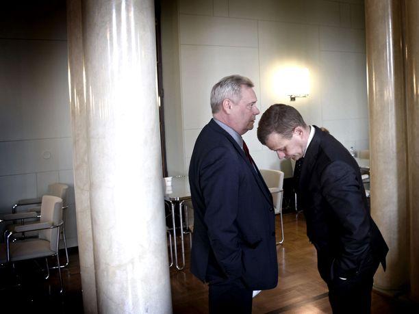 SDP:n Antti Rinne ja kokoomuksen Petteri Orpo keskustelivat eduskunnan kuppilassa huhtikuussa.