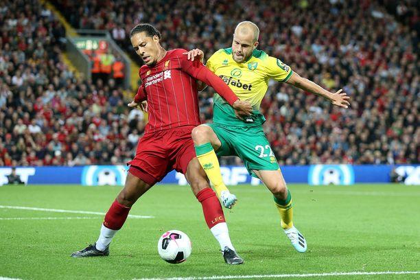 Liverpoolin Virgil van Dijk ja Norwichin Teemu Pukki taistelevat pallosta.