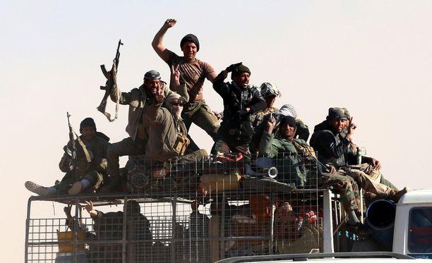 Shiiamilitiaryhmä matkalla taisteluun Mosulin lähettyvillä vuonna 2016.