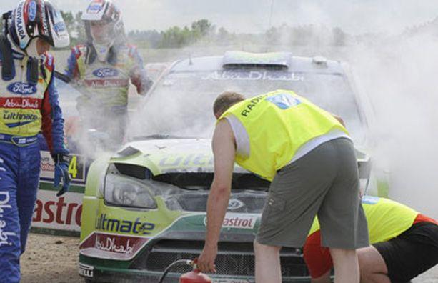 SAMMUUKO? Latvalan leimahtanut auto sammutettiin rytäkän jälkeen.