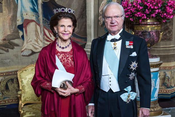 Kaarle XVI Kustaa rinnallaan kuningatar Silvia.
