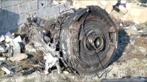 Pudonneen Boeing 737-800 -koneen moottori näkyi turma-alueella.