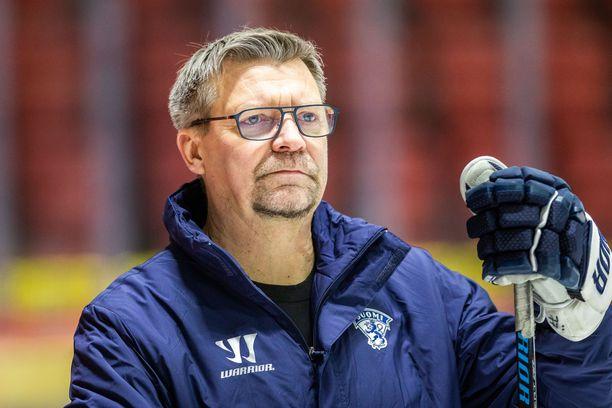 Jukka Jalonen kiittää Riihimäen kaupunkia saamastaan kunnianosoituksesta.