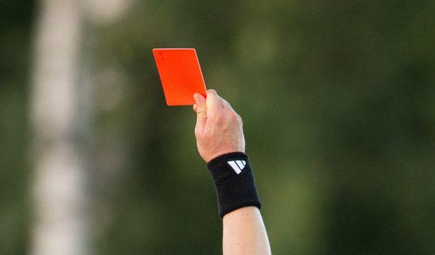 Erotuomari tilasi liki kolmella tonnilla juristityötä ja halvensi yhdistyksen mielestä jalkapalloilua. Kuvituskuva.