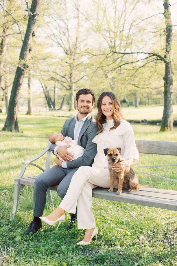 Carl Philip ja Sofia poseerasivat esikoisensa Alexanderin ja Siri-koiran kanssa vuonna 2016.