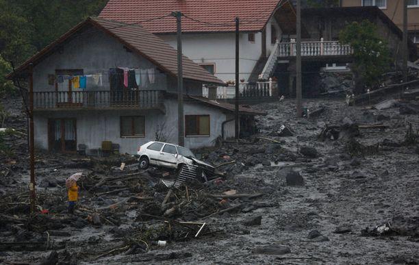 Maanvyörymät ovat tuhonneet rakennuksia ja pihapiirejä. Kuva Bosniasta torstailta.