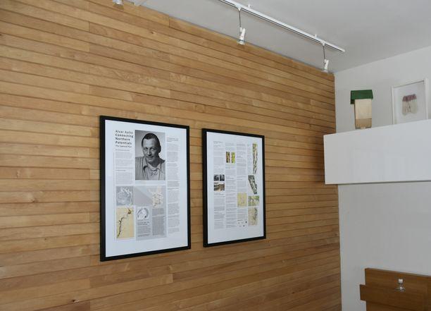 Alvar Aalto näkyy myös kehystettyinä julisteina päämakuuhuoneen seinällä.