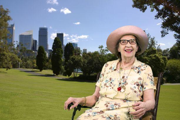 Anjan toiveena oli päästä Australiaan tapaamaan pojan perhettä ja istumaan eukalyptuspuun alle. Haavekuva tehtiin studiossa.