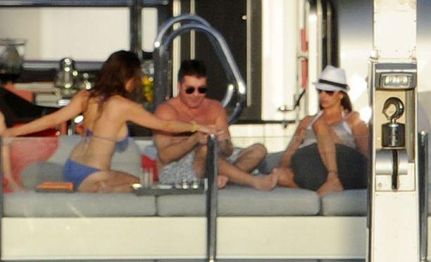 Simon Cowell viihtyi alkuvuodesta jahdilla isossa seurueessa ex-kihlattunsa Mezhgan Hussainyn sekä Lauren Silvermanin (valkoisessa hatussa) seurassa.