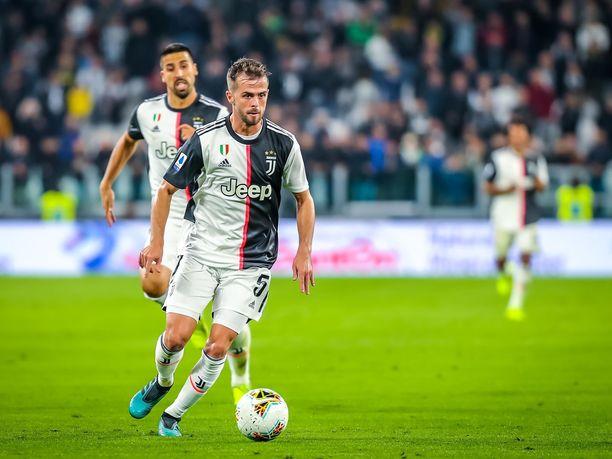 Miralem Pjanić (etualalla) on edustanut torinolaista Juventusta vuodesta 2016. Kuvassa Pjanićin takana hölkkäilee Sami Khedira.