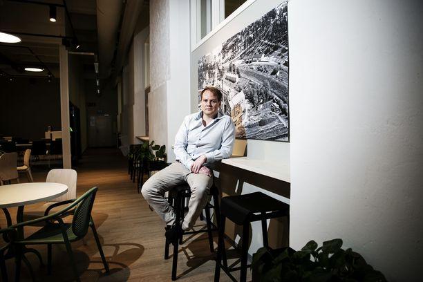 Markkinointiakatemian toimitusjohtaja Mikko Pulkkila kertoo yhdelle työntekijälle annetun varoituksen.