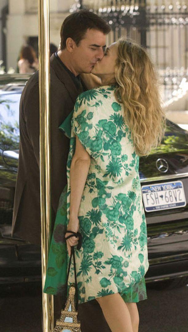 Carrie ja Kiho järjestelevät elokuvassa häitään.