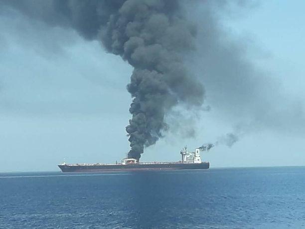 Norjalainen Front Altair -alus savusi Omaninlahdella.