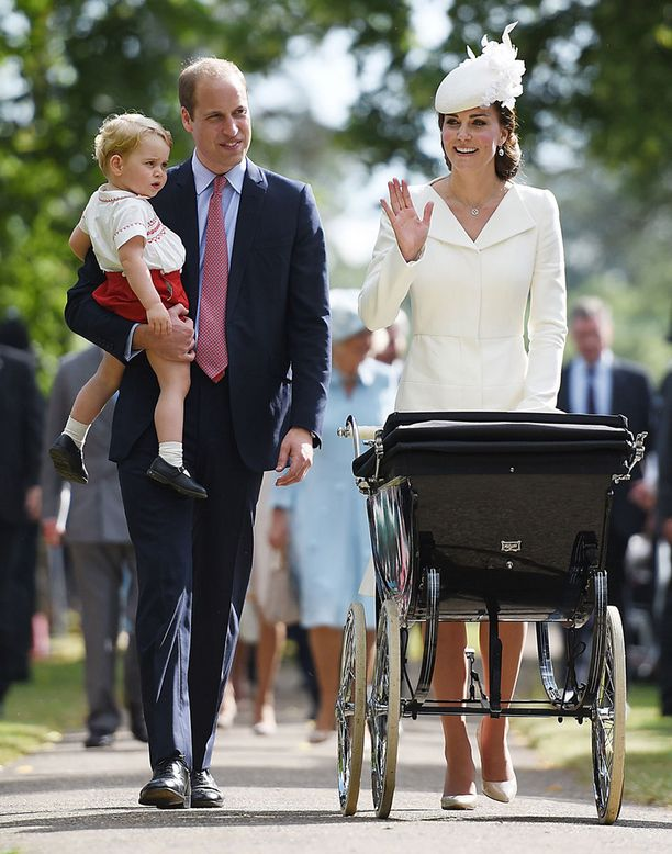 Prinssi George hurmasi heinäkuussa pikkusisarensa ristiäisissä samankaltaisessa asussa, joka nähtiin myös prinssi Williamin päällä lapsena.