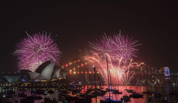 Sydneyn satamassa nähtiin jälleen kerran komeat ilotulotukset.