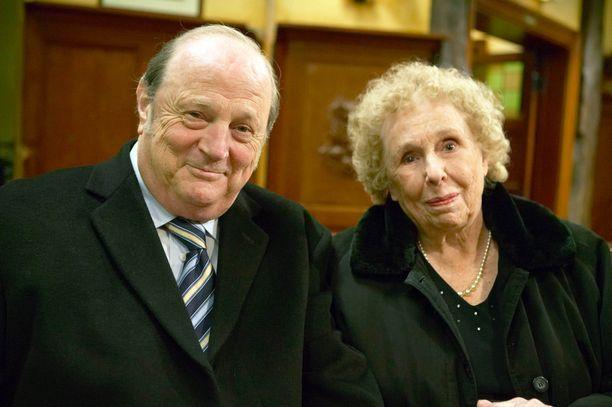 Sheila Mercier esitti Annie Sugdenia viimeisen kerran vuonna 2009. Vierellä Alan Turneria näytellyt Richard Thorp.
