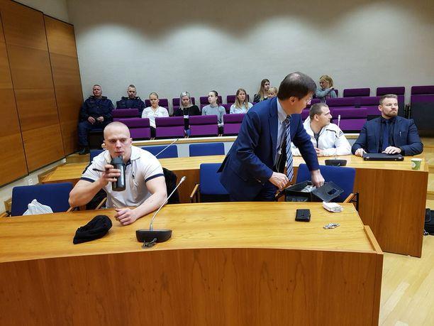 Joni Vuorinen tuomittiin 4 vuoden ja kuukauden vankeuteen. Häntä avusti oikeudessa asianajaja Kaarle Gummerus. Perttu Suvanto tuomittiin 2 vuoden ja 5 kuukauden vankeuteen.
