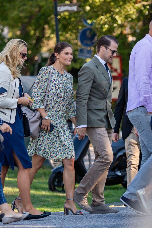 Kuninkaallisille epätyypillisesti kruununprinsessa Victoria ja prinssi Daniel näyttävät hellyyttä myös julkisesti. Kuva elokuulta 2018.