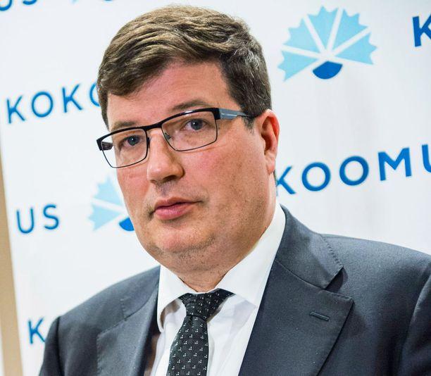 Kokoomuksen eduskuntaryhmän puheenjohtaja Arto Satonen muistuttaa, että pakolaiskriisiä on käsitelty yhdessä hallituksessa. Kiitosta ansaitsee Satosen mukaan erityisesti sisäministeri Petteri Orpo.