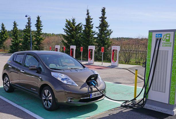 Täyssähköautojen ykkönen niukalla yhden auton erolla Teslaan - Nissan Leaf.