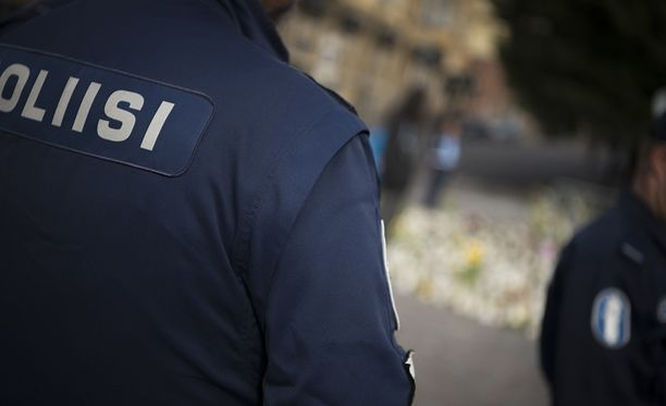 Turun Kauppatorilla oli vielä tiistaiaamunakin kynttilämeri ja poliisi vartioi alueella.
