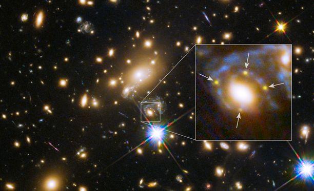 Nasan julkaisemassa kuvassa neljänä valopallona näkyvä supernova on osoitettu pienin nuolin. Kuvassa räjähdykset näkyvät valotusajan vuoksi samanaikaisesti, mutta todellisuudessa ne ilmestyivät muutaman viikon sisällä toisistaan. Sama supernova on näkynyt taivaalla laskelmien mukaan jo vuosina 1964 ja 1995.