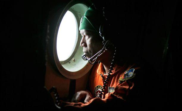 Pudonneen lentokoneen osia ja uhreja etsitään Jaavanmerestä.