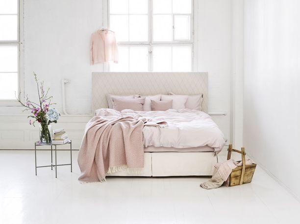 Tämän sängyn kaksinkertainen ylä- ja alajousisto on yhdistetty kahteen pehmeään patjakerrokseen. Ulkomuodoltaan se on yksinkertainen ja tyylikäs. Suomalainen Matri, Aurea-sänky.