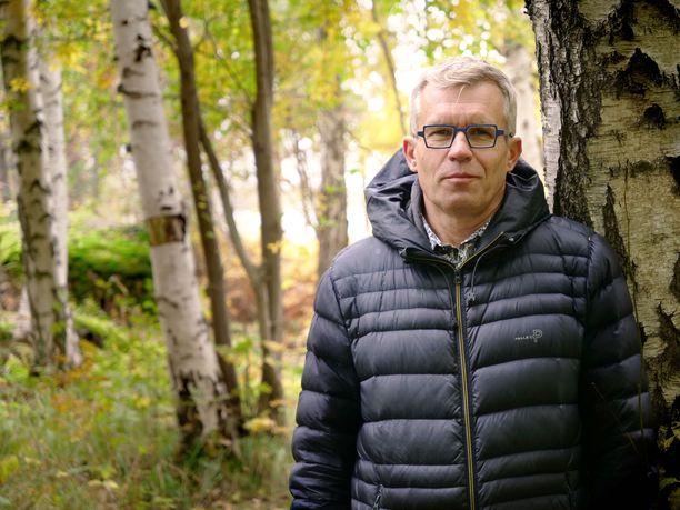 Siili Solutionsin toimitusjohtaja Timo Luhtiniemi käynnistää projektin, jossa istutetaan yli 30 000 puuta vuosittain.