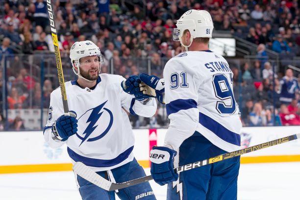 Kapteeni Steven Stamkos löi nyrkkiä yhteen NHL:n pistepörssiä johtavan Nikita Kutsherovin kanssa.